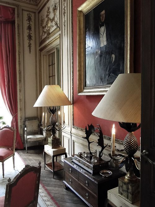 HOME DECOR – IDEAS – nice deep red walls, vintage oil painting, pair of table lamps, ornate mouldings, and high ceilings. Very Victorian.