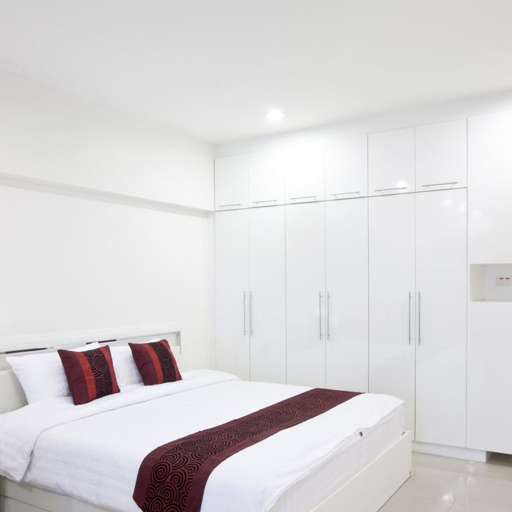 Moderne witte slaapkamer met grote inbouwkast