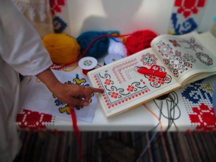 PlatFerma | Tradiția românească în stradă, la Street Delivery 2016 | Semne cusute românești pe mobilier tradițional http://platferma.ro/traditia-romaneasca-strada-la-street-delivery-2016/