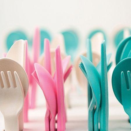 Ce Trio de couverts Bambino BIOBU [ by EKOBO ] comprend une fourchette, un couteau et une cuillère. Conçu pour les petites mains, l'ensemble est idéal pour les enfants de 3 ans et plus qui commencent à imiter les gestes de leurs parents, en coupant ou servant leur nourriture avec un couteau et une fourchette. Ces ustensiles sont parfaitement assortis à la collection Bambino, qui inclut bols, verres et assiettes.     Design: Kai Linke & Hanna Ernsting pour [ by EKOBO ]  € 8