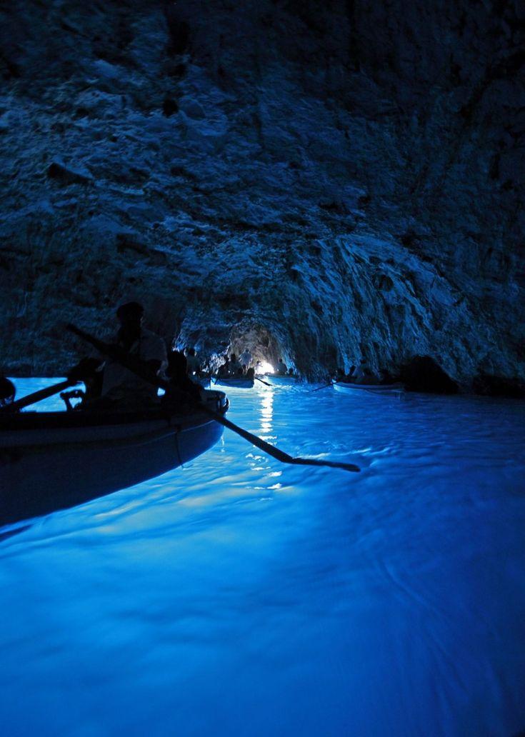 «Голубой грот» на итальянском острове Капри — это пещера, которая образовалась в результате вымывания известняковых скал. Проникающий туда естественный свет подсвечивает его всевозможными оттенками синего цвета. Ранее этот грот был известен под названием Gradola. Его обнаружил немец Augusta Kopisch. Это, вероятно, самая популярная достопримечательность среди туристов, отдыхающих на Капри.