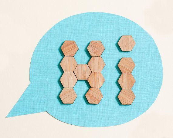 Ensemble de 20 aimants pour réfrigérateur hexagone naturellement fini bambou. Dimensions du produit : 2,2 x 2,2 cm x 0,4 cm (0,88 x 0,88 po. x 0,16 )