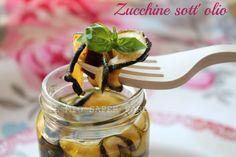 Zucchine essiccate al sole sott'olio: con un metodo semplicissimo per l'essiccazione casalinga possiamo conservare,senza l'aggiunta di additivi, le zucchine