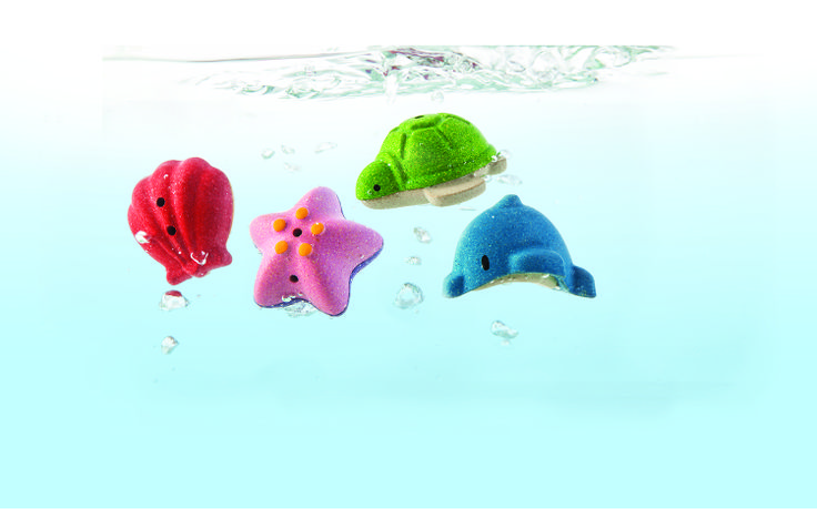 Splash and make waves in the bath with this set. The fun never ends! Float them on the water, fill'em up and squirt the water out. Set of 4 animals: Shell, Starfish, Turtle, and Dolphin - See more at: http://usa.plantoys.com/product/sea-life-bath-set/#sthash.hghigwC0.dpuf