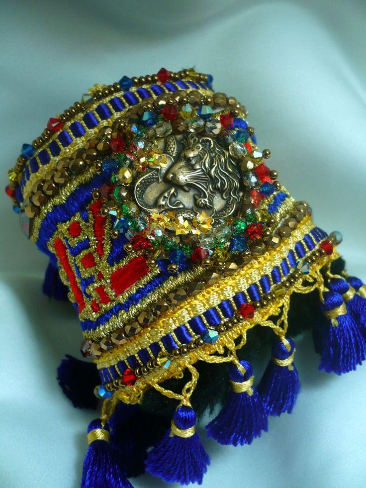 Voici ce que je viens d'ajouter dans ma boutique #etsy : bracelet manchette Le colonial Royal cristal swarovski, fil satin http://etsy.me/2Ei0POo #bijoux #bracelet #bleu #or #cadeau #braceletmanchette #cuffbracelet #xiukushulian #france