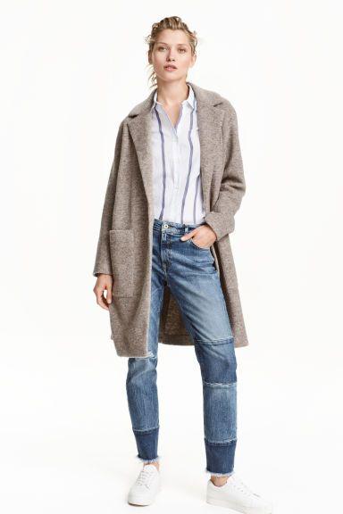 Пальто из смесовой шерсти: Пальто прямого покроя из смесовой шерсти. На пальто слегка спущенное плечо и накладные карманы спереди. Сзади шлица. Без застежки. Без подкладки.