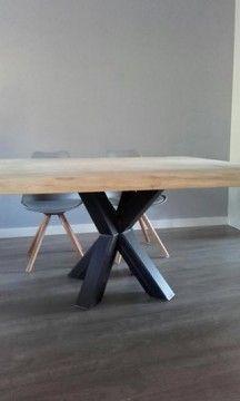 Dubbele X poot onder vierkante tafel