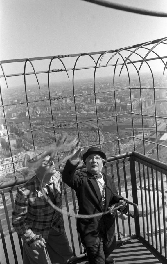 Berlin-Westend, 1953, ein PR-Termin ganz oben auf dem Funkturm. Man beachte den Hintergrund: Rechts hinten der Bahnhof Westkreuz, ganz wenig Bäume, die alte S-Bahnverbindung zum Ring (stillgelegt) - und vor allem: kein ICC. Unten ist ein Zirkus zu erkennen, deshalb turnen die zwei Clowns auch hier oben rum.
