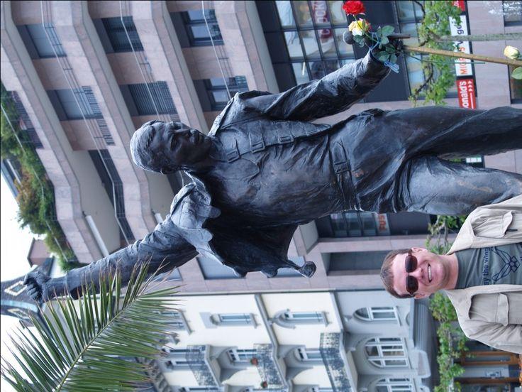 У памятника Фредди Меркьюри в Швейцарии.  Сегодня день рождения Фредди Меркьюри!