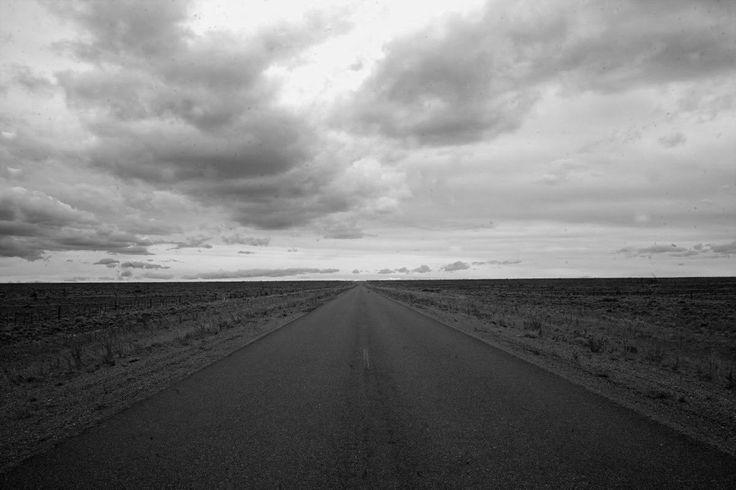Che è Patagonia ?  Dolce e desolata terra compenetrata da inesausti cieli.  Terra madre destinata  a un diverso orizzonte  cui regaliamo le nostre impronte senza tornaconto.  Di solitudine inespressa  si erge un cara-cara tagliando in due l' orizzonte.  E' qui.  E' Patagonia.