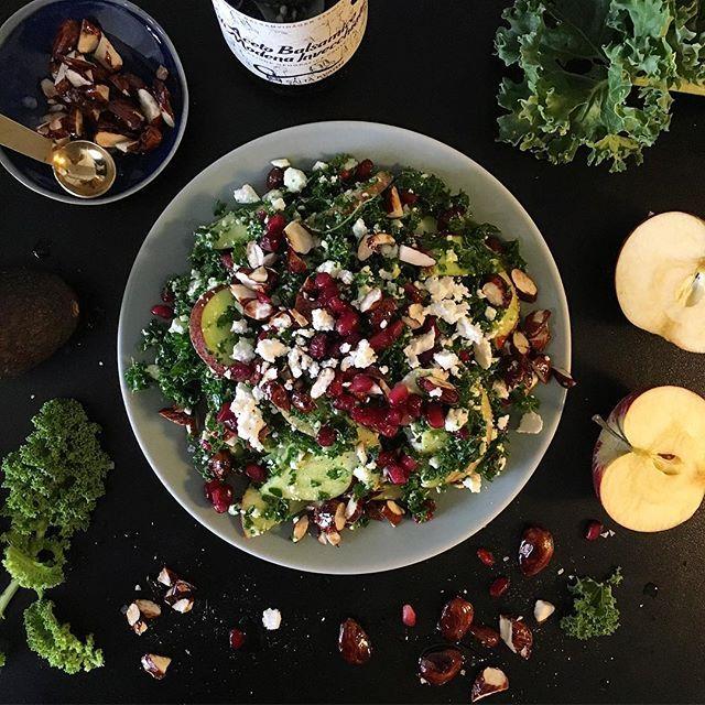 Ljummen äpple-och grönkålssallad med mandlar som rostats i honung och salt. Toppad med fetaost och granatäpple. Så galet gott! Nu klä på mig massor med kläder och åka ut i skärgården...  WARM APPLE AND KALE salad with almonds roasted in honey and Himalya salt, pomegranate and feta cheese #lunch #sallad #salad #kalesalad #grönkål #höstsallad #hittaformen #eatclean #healthy #healthylifestyle #hälsa #hälsosam