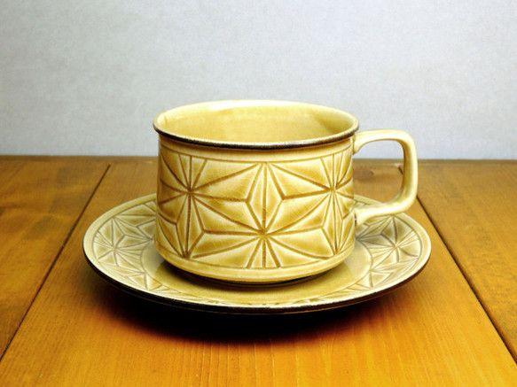 黄瀬戸釉に手彫りの麻の葉柄のカップ&ソーサーです。彫った部分に釉薬が溜まり濃淡、ムラが自然にでる仕上げになっており、一点ずつ微妙に色合いが違います。見た目より... ハンドメイド、手作り、手仕事品の通販・販売・購入ならCreema。