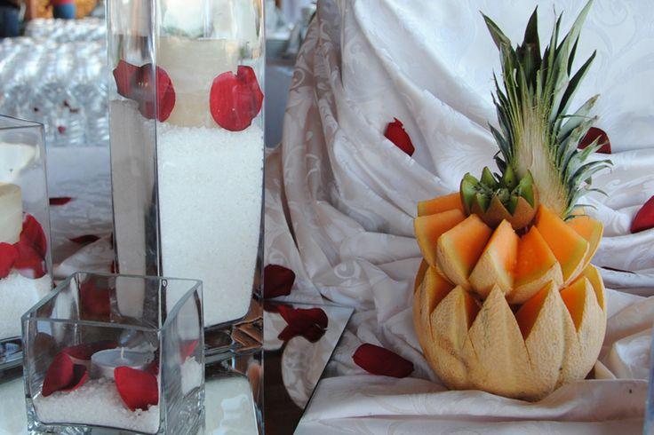 Decorare un tavolo da buffet potrebbe sembrare un particolare inutile, ma in realtà è un'ottimo biglietto da visita, perché dà già l'idea di come sarà il banchetto, di cosa vogliono trasmettere gli sposi (o gli organizzatori) ai loro invitati. Non trascurate mai la cura dei dettagli: sono la prima arma vincente! E noi lo sappiamo...#catering #sicily #wedding #matrimonio #banchetto #banqueting #eventi #nozze #sposi #buffet