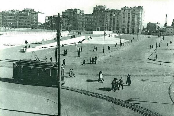 1944'TE TAKSİM... Görüldüğü gibi henüz AKM de park da yerinde yok.