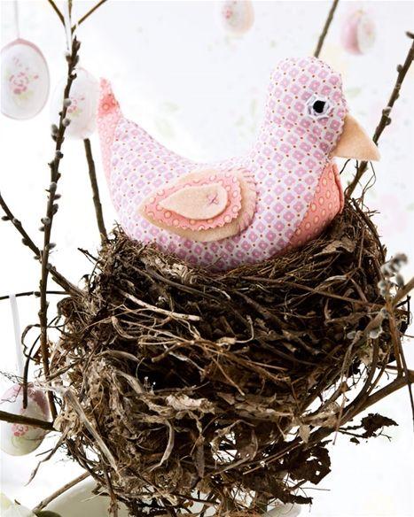 Tag foråret ind i stuen med denne lille rugemor. Brug den som påskepynt i nogle…