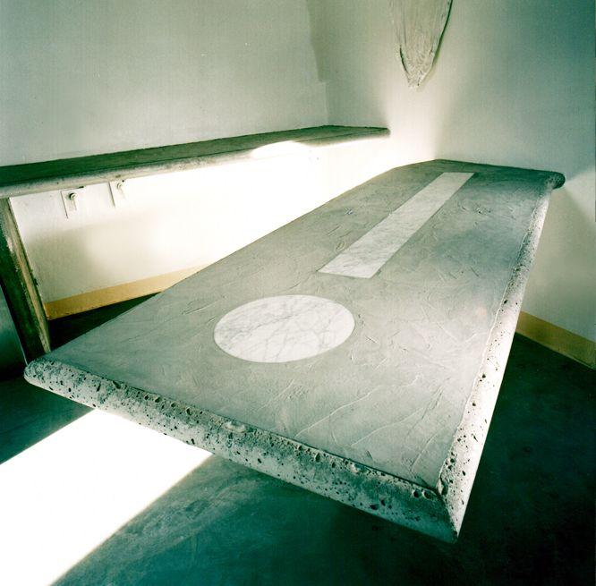 Tavolo da cucina in cemento gettato in luogo con inserti in marmo bianco di Carrara, 2004