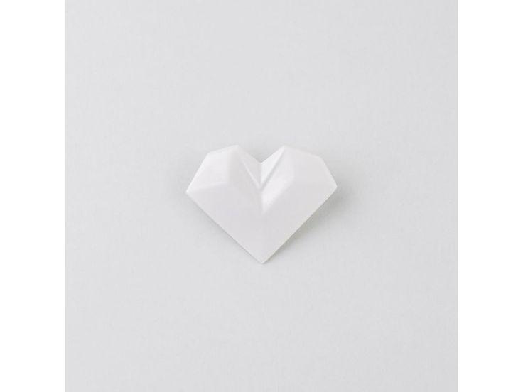 brož Stehlík Srdce. Elegantní a přitom jemná brož srdce od Stehlík design! Křehké japonské origami v porcelánovém provedení. Brožový můstek má zarážku, aby brož pevně držela na klopě saka nebo kabátu. Parametry: VELIKOST: 5 x 4 cmMATERIÁL:...
