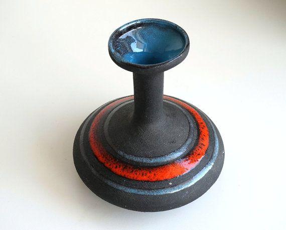 Vaso di ceramica vintage geometrico nero riga rossa di RosaGeranio