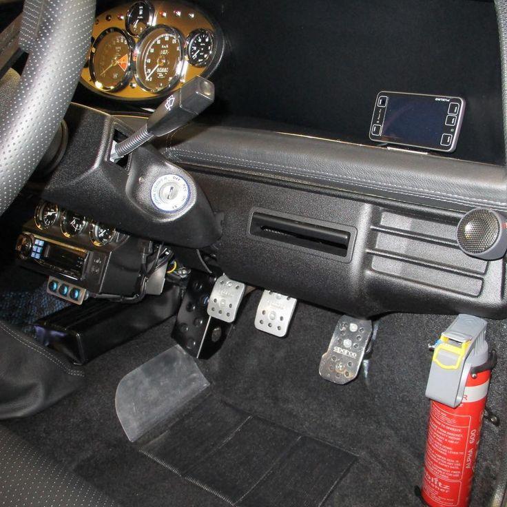 左ハンドル車用の助手席クーラーカバーを運転席に付けると足元