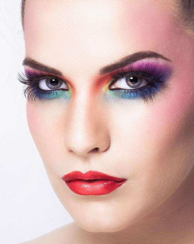 maquillage yeux arc-en-ciel - lilas, bleu, jaune et vert et des cils longs artificiels