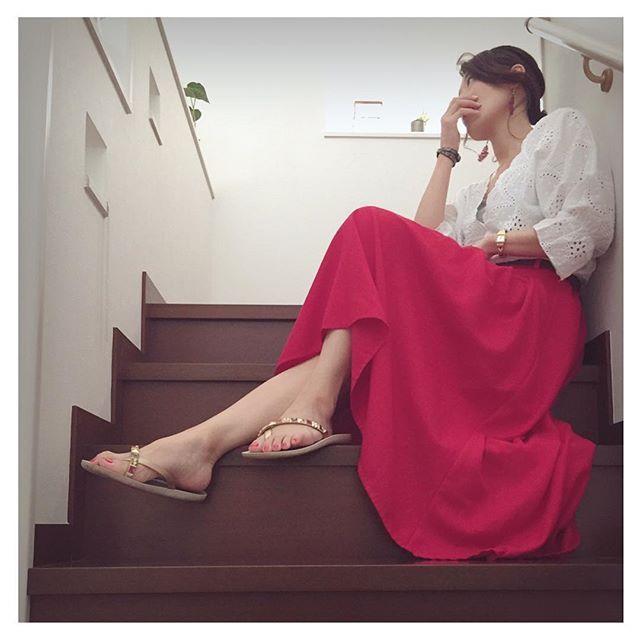 #ビーサンデビュー. ⋆ はいっ! なんとなく気分を変えたくて階段に座ってみたわたしです🤗 ⋆ やっと#フットネイル#セルフネイル やったので、ビーサンが履けるようになりますた🎵 ⋆ ⋆ ---memo--- #tops @andj_jp @zozotown_official  #skirt @grshimamura  #sandal @ipanema.japan @ipanemaoficial @rakuten_fashion #watch @threefourtime_official. ⋆ ⋆ #レースブラウス#カットワークレース#赤スカート#ビーチサンダル#ビーサン#お座りショット#階段 #セレクトグラム#セレクトグラマー  #ootd部#ママスタ夏コーデ#着画くらぶ#R_fashion#ponte_fashion#kaumo_fashion#kiwamezyoshi#coordiful