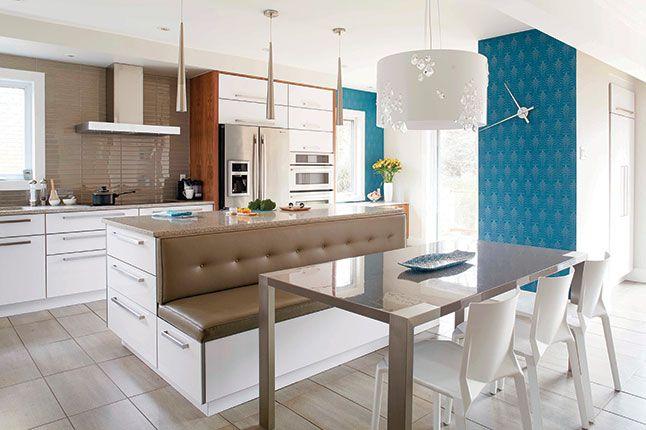Cuisine avec îlot, banquette capitionné, mur de papier peint bleu et luminaire suspendu