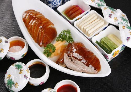 Peking roast duck is a must-try for visitors to Beijing. With a history of more than 600 years, Peking roast duck is the most famous gourmet cuisine of Beijing and one of the most popular foods in China.