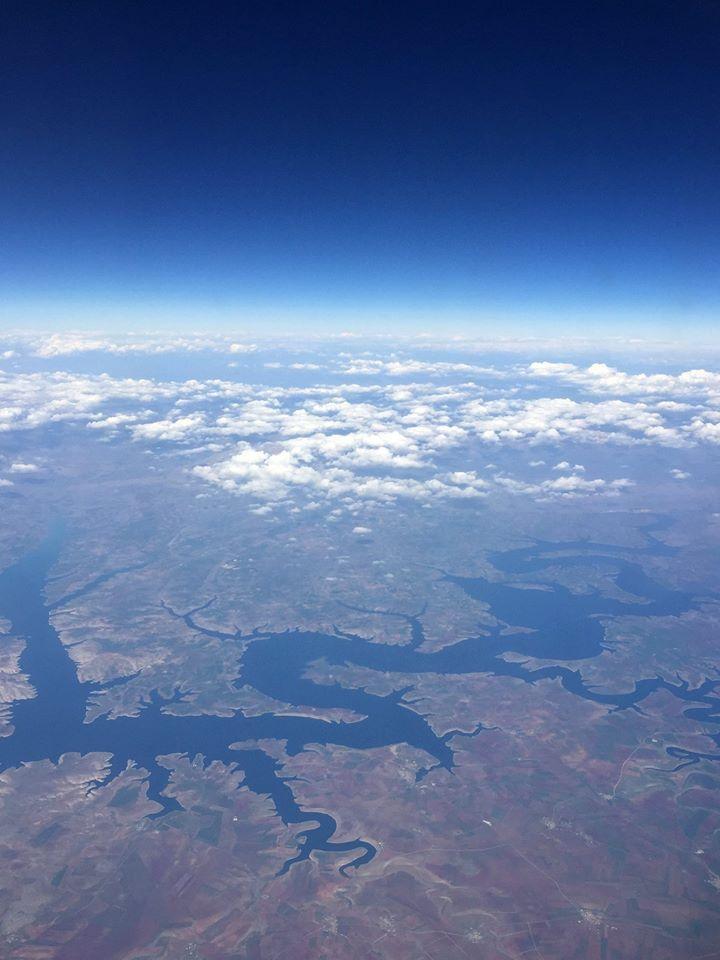 Nemrut Krater Gölü'ne Kuş Bakışı  Uçakla seyahat esnasında yüzlerce metre yükseklikten kuş bakışı görünen Bitlis ili sınırlarındaki Nemrut Krater Gölü'nün halen karla kaplı olduğu gözlemlendi.