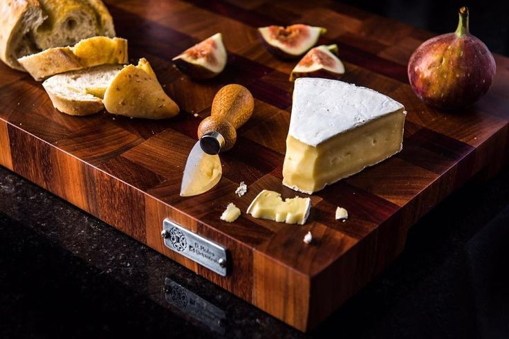 Tábua de corte ou queijo com madeiras: Cumaru Jequitiba roxinho e pau Brasil; dimensões: 45cmx32cmx4cm #wood #woodwork #endgrain #cuttingboard #tabuadecorte #handmade #hardwood #madera #paubrasil #cumaru #roxinho #barbecue #churrasco #design #home #cuisine #cheeseplatter #lux #cook #tabuagourmet #catering #cooking #cheflife #custom #bespoke #servingboard #butcherblock #foodlover #kitchen de dplatesbh
