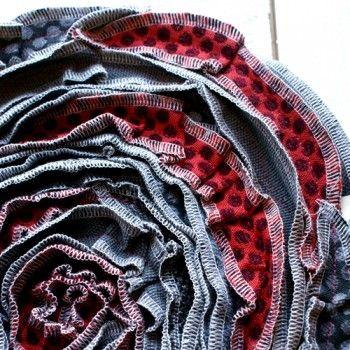 Virvelros sits Grå/röd. Snyggt och varmt att sitta på! Virvelros är sydd av möbeltyg, hållbart och vackert.