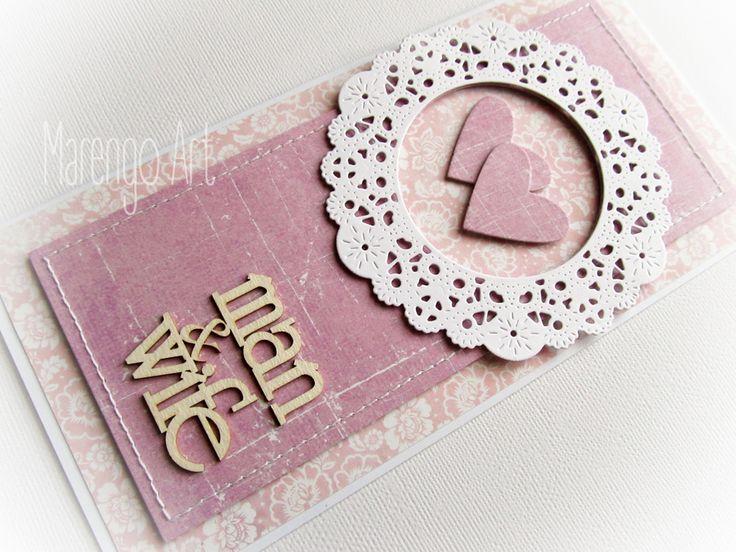 Przestrzenna kartka w różu i fiolecie, z dodatkiem białej rozety, zdobiona delikatnymi przeszyciami oraz przestrzennym tekturowym napisem *man&wife*  Do kupienia w sklepie online Madame Allure!