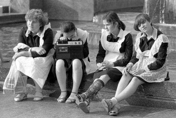 Старшеклассницы слушают кассетный магнитофон.1970-80г.