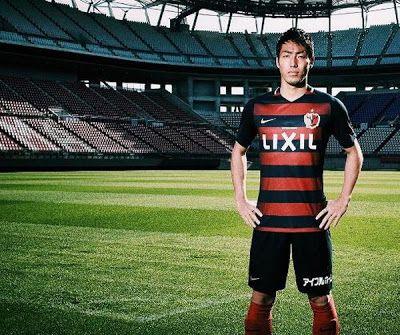 Con la combinación de colores tradicional de la marina de guerra y rojo oscuro, la nueva Primera Equipacion Camiseta Kashima Antlers 2017 2018 ofrece una mirada moderna en general.