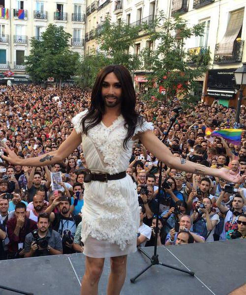 Conchita Wurst, Gay Pride Madrid 2014: http://blog.rtve.es/moda/2015/03/edurne-y-conchita-wurst-la-diva-que-sali%C3%B3-de-eurovisi%C3%B3n.html