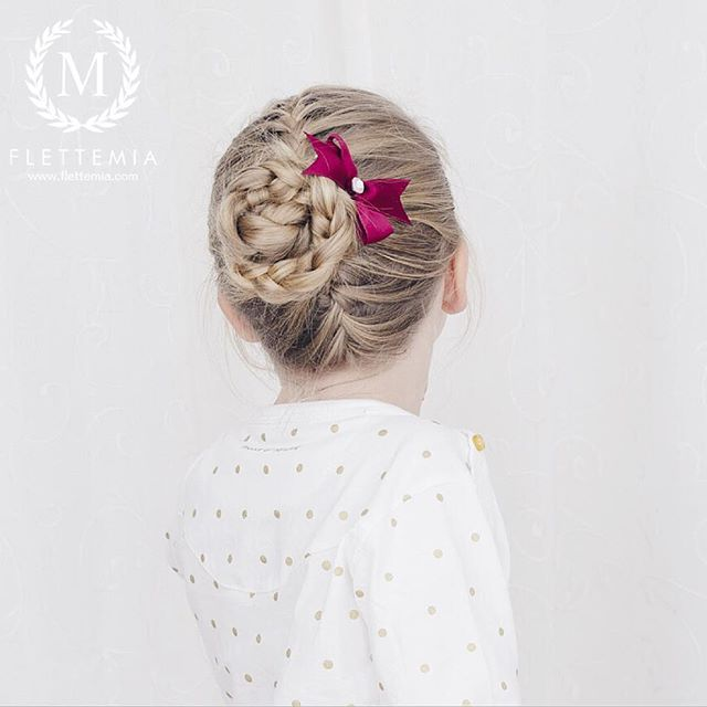 """Fransk flette, fransk opp/ned-flette og flettet knute av splittet treerflette.  Nok en nydelig sløyfe fra @marledesign.no  / French braid, upside down French braid and split three strand braid into a bun  Another adorable bow from @marledesign.no "" Photo taken by @flettemia on Instagram, pinned via the InstaPin iOS App! http://www.instapinapp.com (01/06/2016)"