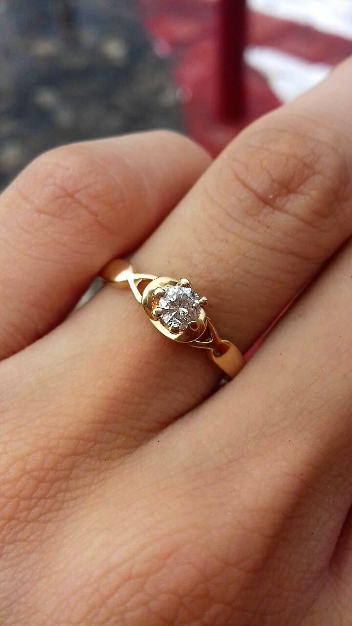 Anillo de compromiso en oro amarillo de 14K con un diamante natural corte redondo de .18 CTW claridad VS1 color G montado en un diseño único haciendo el efecto de los pétalos de una flor. El anillo tiene un peso total de 1.7 gramos y el diamante 2.5 mm   $12,000 / ahora $8,740  Disponible en todas las tallas *Garantía de por vida *Certificado de autenticidad *Diamante incluido *Incluye caja y empaque de nuestra marca Envíos 100% asegurados