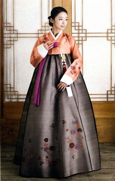 """Goooorgeous Hanbok! ช่วงปลายสมัยโชซอนนั้น """"ฮันบก"""" เริ่มมีสีสันและลวดลายที่สวยงามมากขึ้น มีการพิมพ์ลายดอกไม้และธรรมชาติลงบนผ้าด้วย ซึ่งผู้นำแฟชั่นนี้ เป็นเหล่า """"กีแชง"""" หรือ """"คณิกา"""" ทั้งหลายนั้นเอง"""