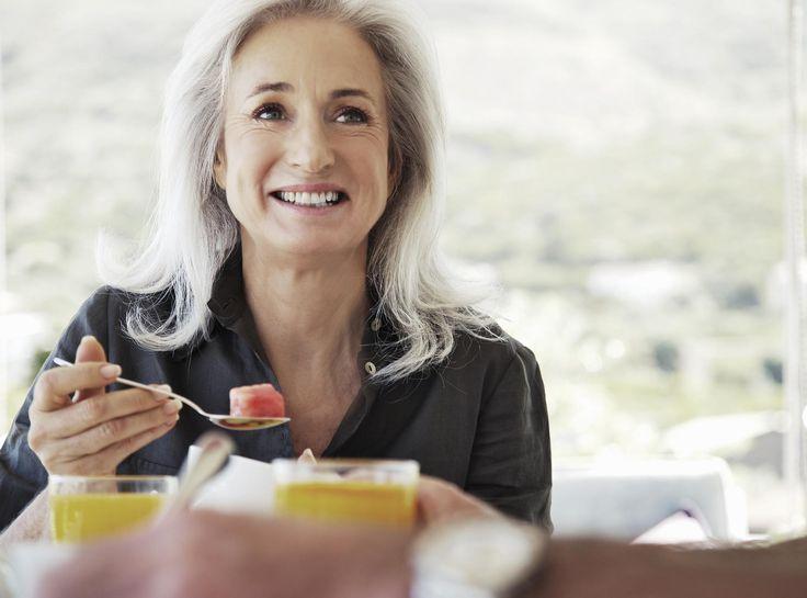 """Hoe ouder je wordt, hoe moeilijker het lijkt om op gewicht te blijven. Maar is dat echt het geval? Wij vroegen het aan voedingsdeskundige en menopauzeconsulente Leen Steyaert…. Leen: """"Tijdens de periode van de menopauze zien we dat een groot aantal vrouwen vaak worstelen met hun gewicht. De reden hiervoor is makkelijk te verklaren:ons lichaam …"""
