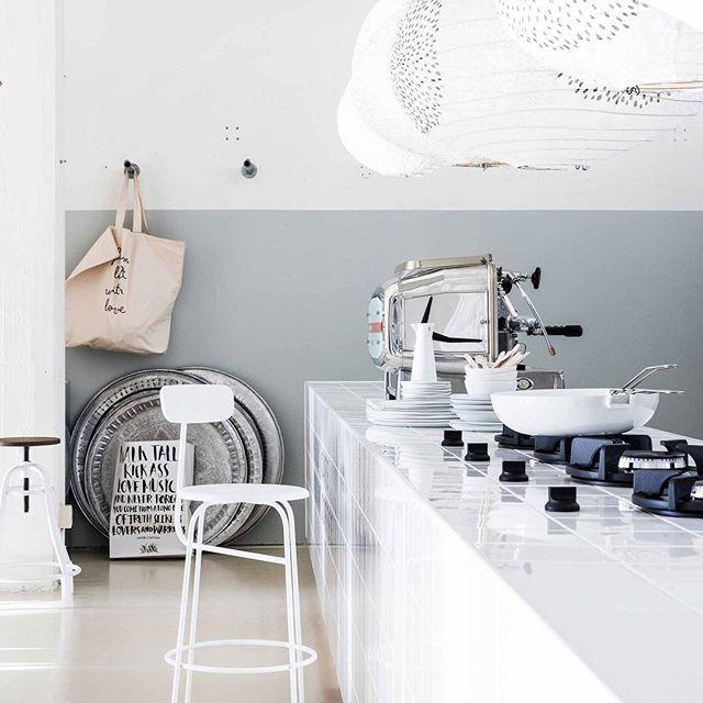 CHIC & CLEAN • eenvoudig, mooi én heel praktisch: een kookeiland bekleed met witte hoogglans tegels. De ingebouwde kookpitten geven 'm een industrieel tintje. Alsof je je eigen restaurantkeuken hebt. Waar blijven de gasten? Fotografie @sjoerd_eickmans | Styling @MarianneLuning