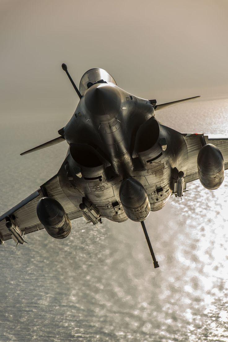"""全世界で""""神業""""と賞賛され、30年以上のキャリアを誇る航空写真家・徳永克彦氏。美しく迫力ある戦闘機の写真は、どのように撮影されるのか。""""空撮職人""""としての徳永氏の仕事を、ノンフィクションライター武田頼…"""