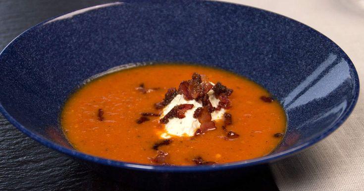 Värmande tomatsoppa, med paprika och chili, toppas med baconströssel och fetaostkräm.
