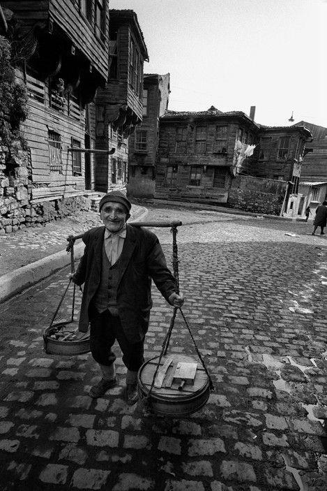 Ara Güler, Üsküdar'da Sokak Yoğurtçusu. İstanbul. 1955.