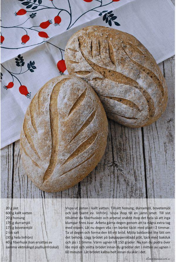 Vad roligt att du hittat till det här receptet på gott glutenfritt bröd. Sedan det här inlägget skrevs har jag uppdaterat receptet, så klicka dig genast vidareHITför ett ännu bättre och godare bröd.   Det här brödet återkommer jag till. Gång på gång. Det bakas bland annat på det goda durramjölet och jag har modifierat det utifrån ett recept framtaget av Maria Blohm och Jessica Frej. Deras recept finns här. I originalreceptet ingår majsmjöl men jag försöker undvika både majs- och…