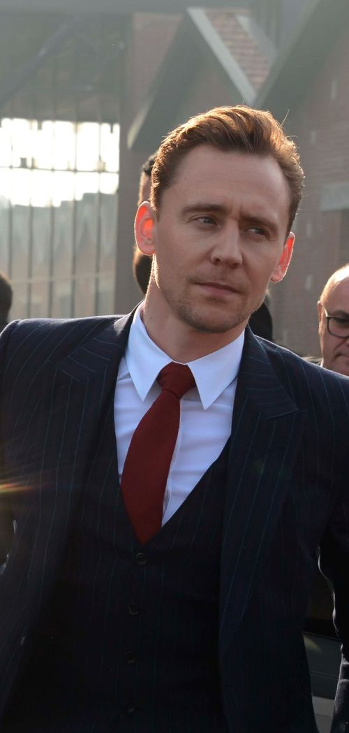 Tom Hiddleston arriving at the Gucci Fashion show during Milan Fashion week on February 22, 2017. Via tomhiddleston.us Higher resolution image: http://tomhiddleston.us/gallery/albums/2017/Events/Feb22ndGucciOutside/005.jpg