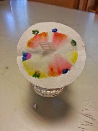 """Diesmal zeigte ich den Kindern das Experiment """"Farbenlaufen"""": dafür werden Kreise aus Filtertüten ausgeschnitten und Punkte mit Filzstiften ..."""