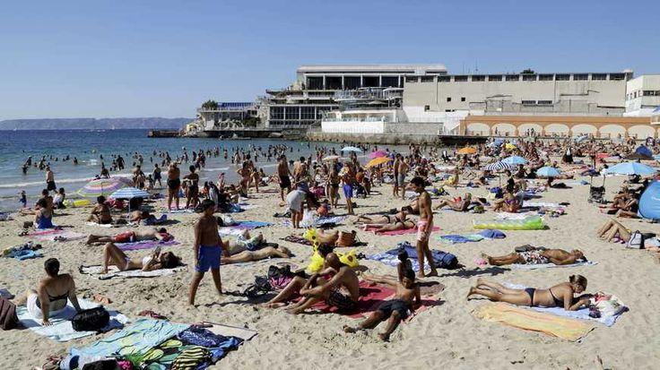 La plage des Catalans, et en arrière-plan le Cercle des Nageurs de Marseille