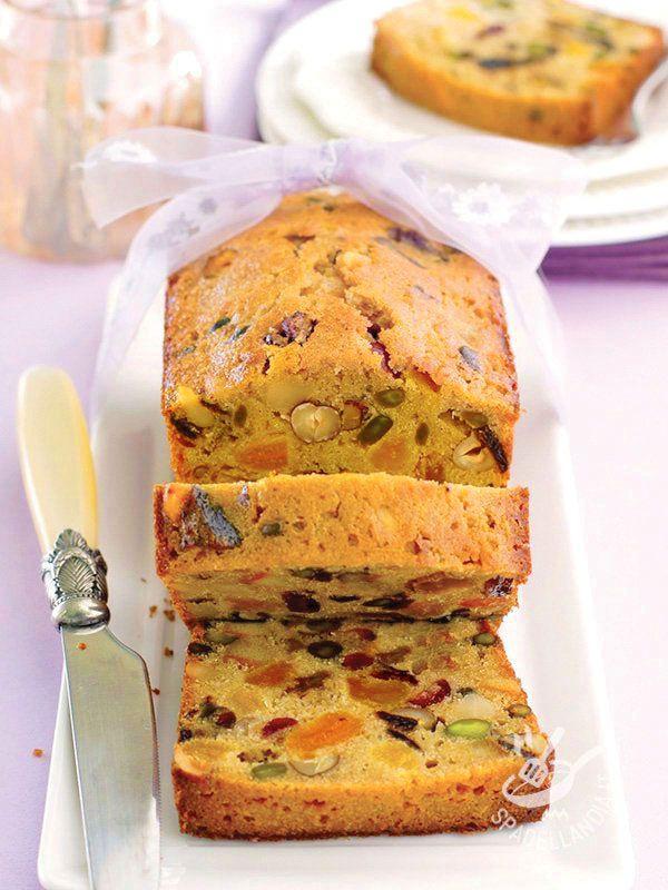 Munitevi di uno stampo rettangolare a pareti alte da plumcake e indossate il grembiule. State per preparare un golosissimo Plumcake alla frutta secca!