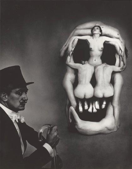 La vanité. Crâne et Dali.  Cette photographie, un nu constitué d'un montage de corps à partir d'une esquisse de Dali. Lorsqu'on la regarde à une distance suffisamment éloignée, l'enchevêtrement des sept corps de femme suggère l'illusion d'un crâne. Le crâne symbolise la vanité dans la peinture classique. Dali et Halsman voulaient revisiter ce symbole de la vanité en créant une version moderne de la vanité.