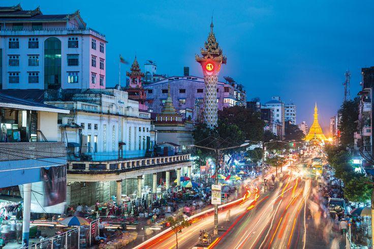 Eine Hauptstraße in Myanmars größter Stadt Rangun mit der Sule-Pagode im Hintergrund