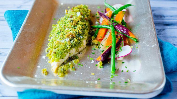 Sprø ishavsrøye med grønne smuler og appelsinkokte gulrøtter - Både fisk, urter og nøtter kan varieres etter ønske. Grilltiden/steketiden vil variere med tykkelsen på fileten.